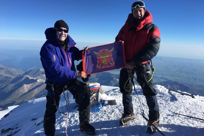Флаг ВКО ЦКВ поднял на вершину Эльбруса известный художник