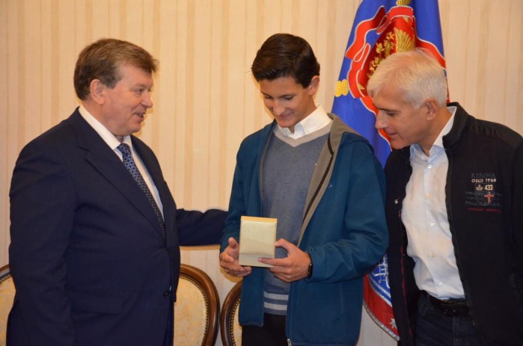 Народный художник России награжден драгунской шашкой